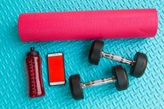 Предметы первой необходимости разминки на спорте циновки йоги и здоровом concep жизни Стоковые Изображения