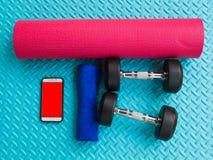 Предметы первой необходимости разминки на спорте циновки йоги и здоровой концепции жизни Стоковые Изображения