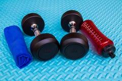Предметы первой необходимости разминки на спорте циновки йоги и здоровой концепции жизни Стоковая Фотография