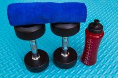 Предметы первой необходимости разминки на спорте циновки йоги и здоровой концепции жизни Стоковые Фото