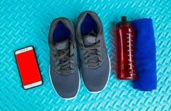 Предметы первой необходимости разминки на спорте циновки йоги и здоровой концепции жизни Стоковое Изображение RF