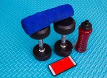 Предметы первой необходимости разминки на спорте циновки йоги и здоровой концепции жизни Стоковые Фотографии RF