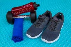 Предметы первой необходимости разминки на спорте циновки йоги и здоровой концепции жизни Стоковое фото RF