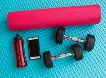 Предметы первой необходимости разминки на спорте циновки йоги и здоровой концепции жизни Стоковая Фотография RF