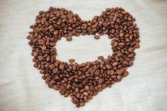 предмет кофе фасолей изолированный сердцем зажаренные в духовке фасоли в форме  Стоковое Фото