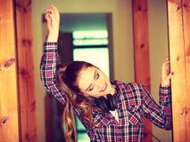 Предназначенная для подростков девушка в музыке наушников слушая Стоковая Фотография RF