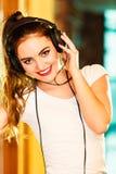 Предназначенная для подростков девушка в музыке наушников слушая Стоковое Изображение