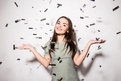 предназначенная для подростков девушка в причудливом платье с sequins и confetti на партии Стоковые Изображения RF