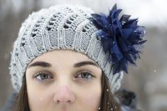 Предназначенная для подростков девушка в снеге Стоковое Изображение