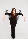 Предназначенная для подростков девушка в темном fairy костюме Стоковые Фото