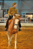 Предназначенная для подростков девушка в форме Второй Мировой Войны на лошади Стоковое Изображение