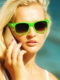 Предназначенная для подростков девушка говоря на мобильном телефоне на пляже Стоковое Изображение RF