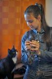 Предназначенная для подростков девушка держа голубя в руках Стоковое Фото