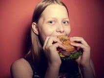 Предназначенная для подростков девушка есть бургер стоковое изображение rf