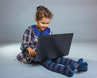 Предназначенная для подростков девушка 5 лет европейского возникновения играет Стоковые Фотографии RF