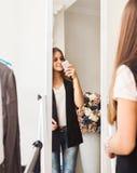 Предназначенная для подростков девушка делая фото с передвижной камерой в магазине Стоковые Изображения RF