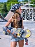 Предназначенная для подростков девушка едет его скейтборд Стоковое фото RF