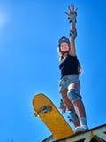 Предназначенная для подростков девушка едет его скейтборд Стоковые Фотографии RF
