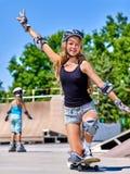 Предназначенная для подростков девушка едет его скейтборд Стоковые Изображения RF