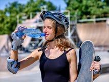 Предназначенная для подростков девушка едет его скейтборд Стоковое Изображение