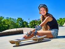 Предназначенная для подростков девушка едет его скейтборд Стоковое Фото