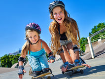 Предназначенная для подростков девушка едет его скейтборд Стоковая Фотография RF