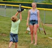 Предназначенная для подростков девушка и маленький брат играя задвижку стоковое фото rf