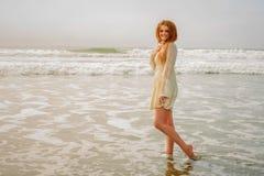 Предназначенная для подростков девушка идя в волны Стоковое фото RF