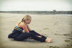 Предназначенная для подростков девушка надевая мокрая одежда на Rockaway Орегоне стоковая фотография rf