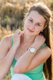 Предназначенная для подростков девушка отдыхая в поле Стоковые Изображения RF