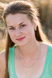 Предназначенная для подростков девушка отдыхая в поле Стоковая Фотография