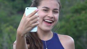 Предназначенная для подростков девушка принимая Selfy с сотовым телефоном Стоковые Фотографии RF