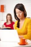 Предназначенная для подростков девушка работая на компьютере Стоковые Изображения RF