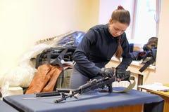 Предназначенная для подростков девушка собирает и демонтирует конкуренции винтовки автомата Калашниковаа Стоковая Фотография RF