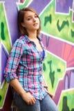 предназначенная для подростков девушка стоя близко стена надписи на стенах. Стоковые Фотографии RF