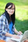 Предназначенная для подростков девушка с компьтер-книжкой Стоковое фото RF