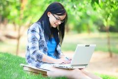 Предназначенная для подростков девушка с компьтер-книжкой Стоковые Изображения