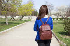 Предназначенная для подростков девушка с рюкзаком на дороге Стоковые Фотографии RF