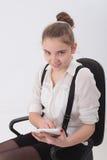 Предназначенная для подростков девушка с таблеткой Стоковое Фото