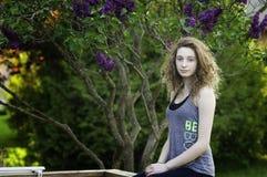 Предназначенная для подростков девушка outdoors в летнем времени стоковые изображения rf