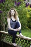 Предназначенная для подростков девушка outdoors в летнем времени стоковые фотографии rf