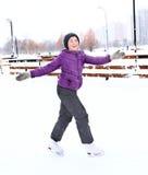 Предназначенная для подростков милая девушка катаясь на коньках на катке Стоковое Изображение RF