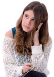Предназначенное для подростков брюнет слушает mp3 Стоковое Фото