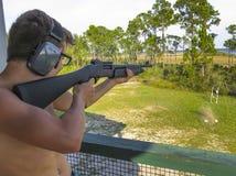 Предназначенное для подростков первое корокоствольное оружие 20 датчиков - первый раз Стоковая Фотография
