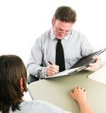 Предназначенное для подростков собеседование для приема на работу или консультировать стоковые фото