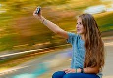 Предназначенное для подростков selfie девушки внешнее Стоковые Фотографии RF