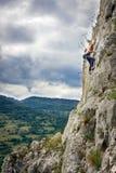 Предназначенные для подростков альпинисты утеса стоковые фото