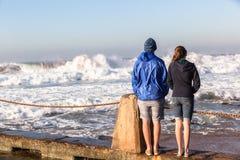Предназначенные для подростков волны пляжа девушки мальчика Стоковая Фотография