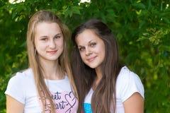 Предназначенные для подростков девушки в парке Стоковое Фото
