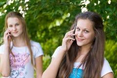 Предназначенные для подростков девушки говоря на сотовом телефоне Стоковое Фото